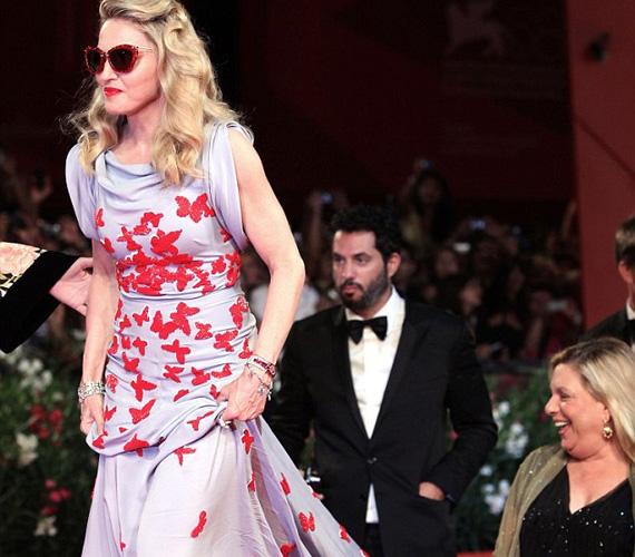 A csillogó, piros napszemüvegben megjelenő popénekesnő utoljára 2008-ban adott albumot, Hard Candy címmel, állítólag jövőre jön az új lemez.