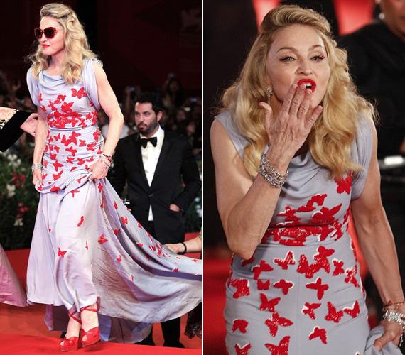 A Palazzo del Cinema épületébe özönlöttek a vendégek, Madonna jó hangulatban fogadta rajongóit, még csókot is dobott az egybegyűlteknek.