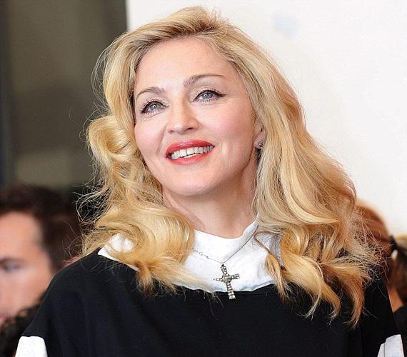 Madonna kivasalt arccal, makrobiotikus diétával karcsúra fogyasztva, izmosra gyúrt testtel és kislányos szőke fürtökkel érkezett Velencébe.