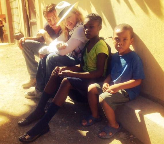 Az énekesnő értékrendje megegyezik volt férjével, mindkettőjük számára fontos a jótékonykodás. Haiti amellett, hogy sokaknak segítettek, ők is jól érezték magukat.
