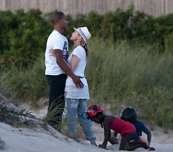 Madonna Hamptonsban enyelgett a fiatal szépfiúval, az sem különösebben zavarta, hogy örökbefogadott gyerekei alig pár méterre tőlük játszottak.