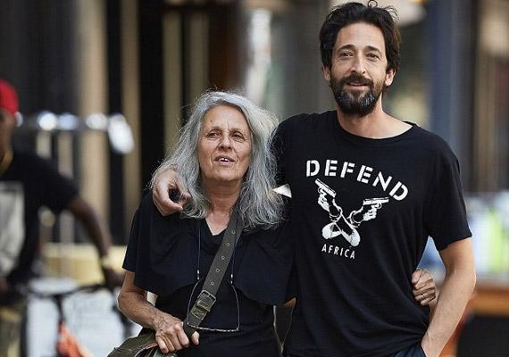 Az Oscar-díjas Adrien Brody nem az egyetlen világhírű művész a családban. Manapság fotóművészként dolgozó édesanyja, Sylvia Plachy 1956-ban, 13 évesen hagyta el Magyarországot szüleivel. Fiát, Adrient - akit ő csak Misinek hívott - nem tanította meg a magyar nyelvre, a világhírű színész csak káromkodni tud ezen a nyelven.