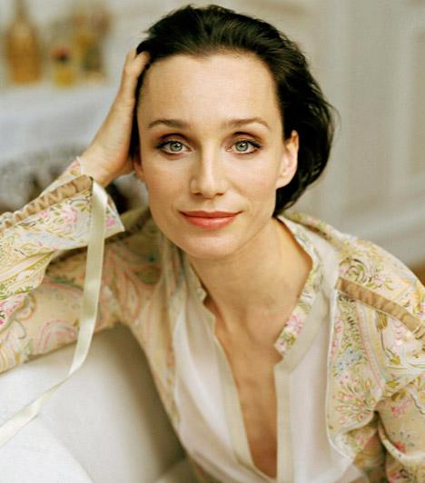 Kristin Scott Thomas  Az angol színésznő az évek során olyan nagysikerű alkotásokban bizonyította tehetségét, mint A suttogó vagy Az angol beteg - utóbbiért Oscar-díjra is jelölték. Kristin Scott Thomas 1960. május 24-én született.