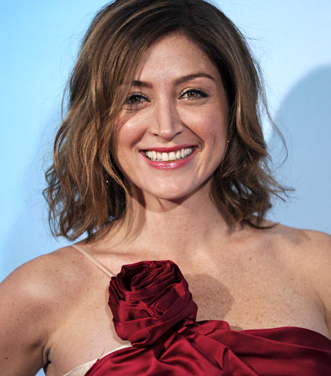Sasha AlexanderA bájos színésznőt elsősorban olyan népszerű bűnügyi sorozatokból ismerik a nézők, mint a Tengerészeti helyszínelők vagy a Született detektívek. Sasha Alexander 1973. május 17-én született.