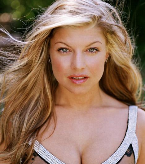 Fergie  A Black Eyed Peas bombázó énekesnője világszerte nagy rajongótábort tudhat magáénak, akiket fellépésein dögös hangja mellett rendszerint szexi színpadi öltözékével is megörvendeztet. Fergie1975. március 27-én jött a világra.