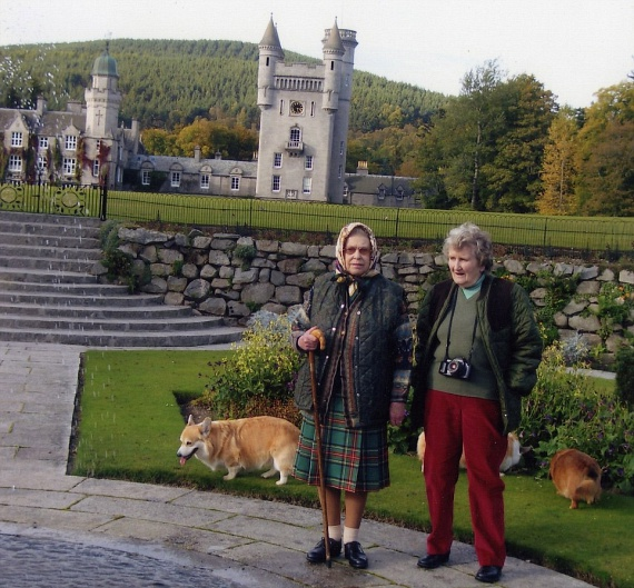 Ez az egyik legismertebb fotó róluk, amin a skóciai balmorali kastély kertjében sétáltatják Erzsébet imádott corgijait.