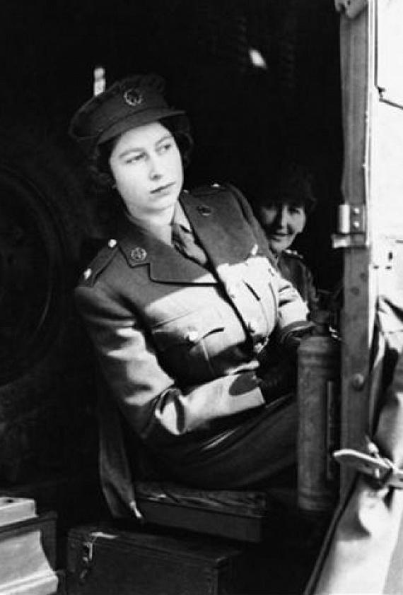 A brit hadsereg a második világháborúban nőket toborzott, és 1938-ban létrehozták az Auxiliary Territorial Service - Kiegészítő Területi Szolgálat - nevezetű női ágazatot. Erzsébet királynő is ennek a csoportnak a tagja volt, a második világháború alatt teherautó-sofőrként szolgált, sőt, megtanult autót szerelni is - természeresen uniformisban.