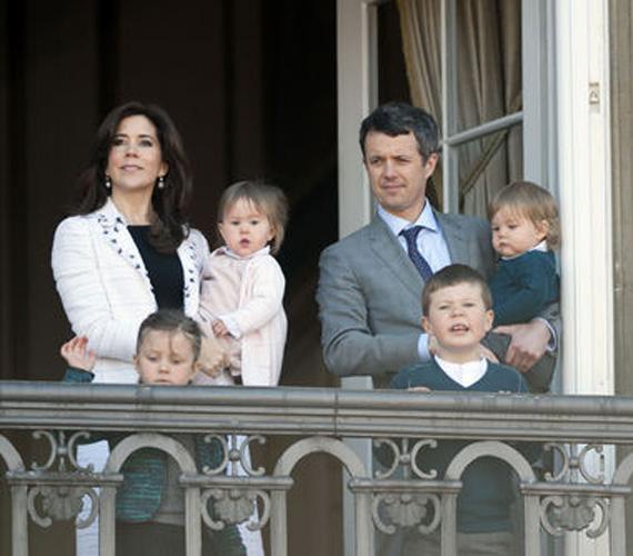 Mindenki Mária hercegnőre és férjére, a trónörökös Frederik hercegre, valamint négy gyerekükre figyelt.