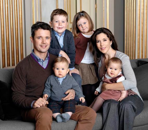 Legidősebb gyermekük, Christian nyolcéves, Isabella lányuk hat, míg a két iker, Vincent és Josephine három. Ez a kép volt az első hivatalos családi fotó hatukról.