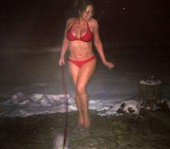 Ki az, aki képes a kutyát bikiniben kivinni a fagyos időben, csak hogy a hóban pózolhasson?