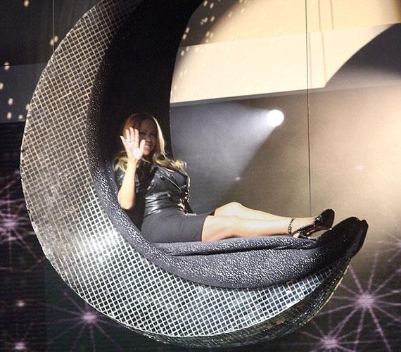 Mariah Carey igazi dívaként, egy süllyedő félholdon fekve érkezett a The Rosie Show stúdiójába.