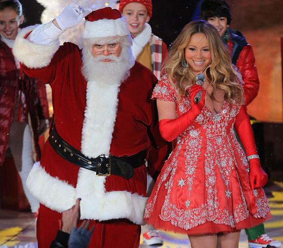 A Télapó is alig tudott koncentrálni, Mariah Carey ruhája ugyanis szinte semmit sem bízott a fantáziára.