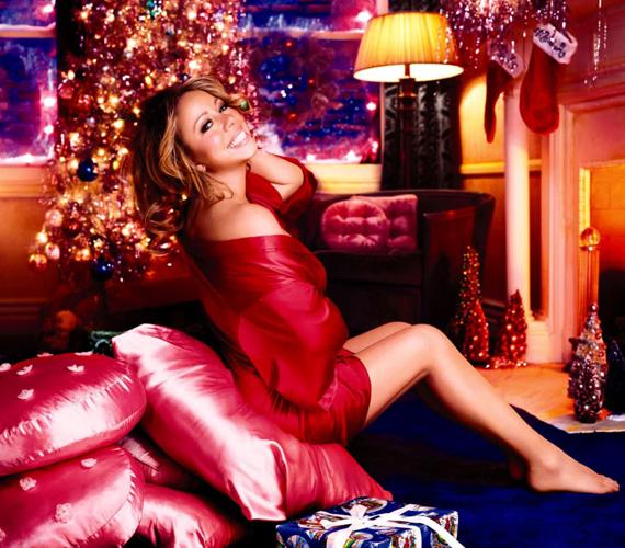 Kacéran, egy szál vékony köntösben is pózolt már a karácsonyfa alatt.