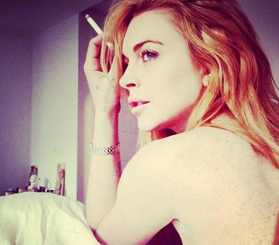 Lindsay Lohan mi mással ünnepelné a legutóbbi rehabja végét, mint egy cigivel és egy fotóval.