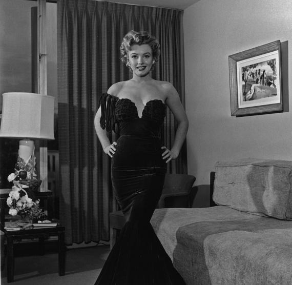 A színésznő értett ahhoz, hogyan hívja fel magára a figyelmet. Ezt a fekete, mélyen dekoltált estélyit 1952-ben, az első Nemzetközi Filmfesztiválon viselte.