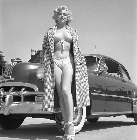 A szőke színésznőt gyakran fotózták alig takaró ruhában a Playboy magazin számára. Ezen a fotón egy szexi fürdőruhában állt modellt.