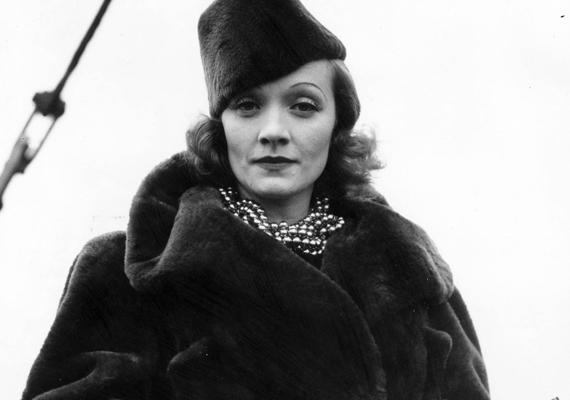 Marlene Dietrich a sötét színű, barna vagy fekete kabátokat szerette, hozzájuk gyakran viselt színben harmonizáló kalapokat.