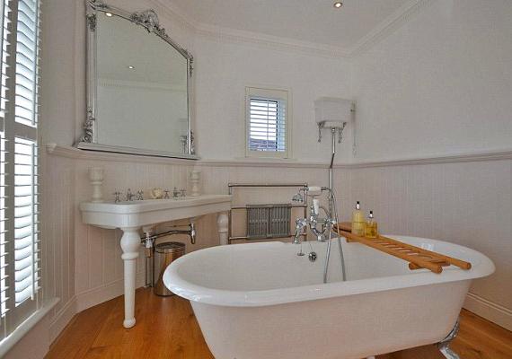 Az art deco stílusú fürdőszoba volt a szőkeség kedvenc helye a lakásban.