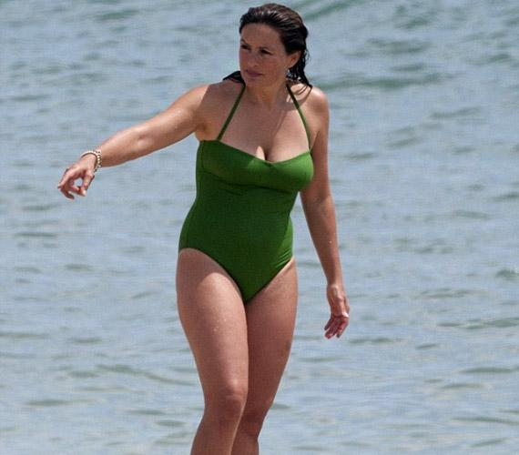 47 évesen korának és alakjának megfelelő, visszafogott fürdőruhát választott - Mariska Hargitay egyébként sem az a magamutogató típus.