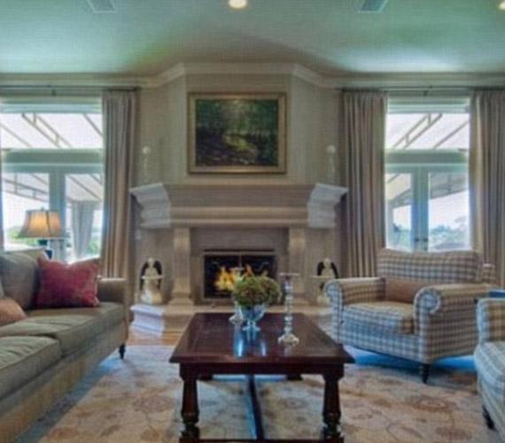 A nappali kiválóan alkalmas nagy családi beszélgetésekre, sok ablaka miatt világos, télen pedig a kandalló nyújt kellemes meleget.