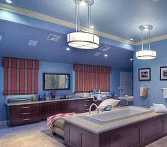 A fürdőszobát úgy tervezték, hogy egyszerre több ember is elférjen benne kényelmesen, három csap, egy fürdőkád és egy masszírozós zuhany is található a helyiségben.