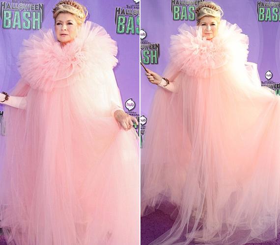 Martha Stewart a rózsaszín ruhában megosztotta a rajongók táborát, amelynek egyik fele el volt ájulva a műsorvezetőtől, a másik viszont szörnyülködött.
