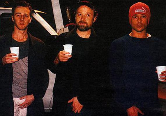 A Harcosok klubja 1999-ben készült, Edward Nortont és Brad Pittet egy újság kérte fel, hogy hadd fotózzák le őket a szünetben. A színészek úgy gondolták, ez a tökéletes beállás.