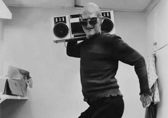 A Rémálom az Elm utcában főszereplője, Robert Englund is viccesre vette a szünetben Freddy Krueger figuráját.