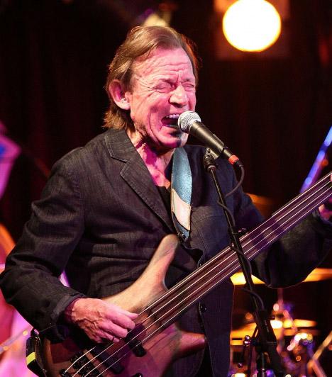 Jack Bruce  71 éves korában 2014. október 25-én meghalt a legendás skót basszusgitáros, Jack Bruce, aki fantasztikus triót alkotott a Cream együttesben Eric Clapton gitárossal és Ginger Baker dobossal.A világhírű zenész haláláról, melyet májbetegség okozott, családja értesítette a sajtót és a közvéleményt. Bruce-nál, aki élete során komoly drogproblémákkal küzdött, 2003-ban diagnosztizáltak májrákot. Ugyanabban az évben májátültetésen esett át. Kapcsolódó cikk: Hosszú szenvedés után után hunyt el a zenész »