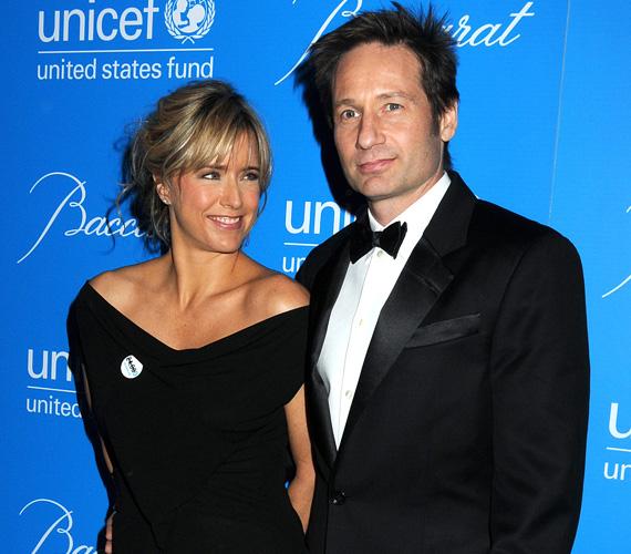 David Duchovny és Tea Leoni 17 év házasság után idén júniusban döntöttek úgy, hogy elég volt. Korábban már többször szakítottak: először 2008-ban, amikor kiderült, hogy a színész szexfüggőségben szenved, Duchovny emiatt rehabilitációs kezelésen is részt vett. Később kibékültek, majd 2011-ben ismét szakításra került a sor. Most azonban véglegesnek tűnik a dolog, már a válási papírokat is beadták, két gyermekükről közösen fognak gondoskodni.