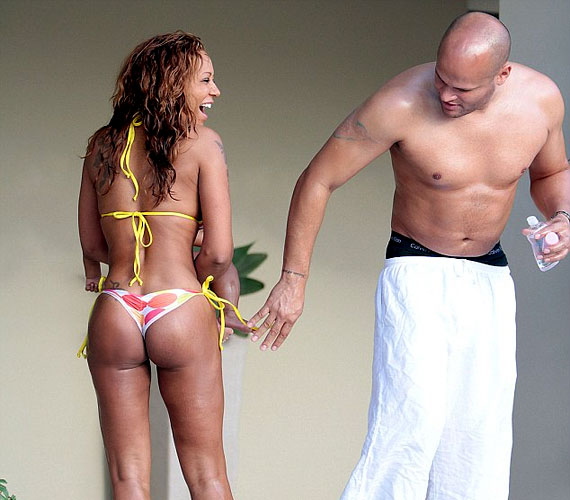 Falatnyi bikiniben sem szégyenlősködött a fotók tanúsága szerint.