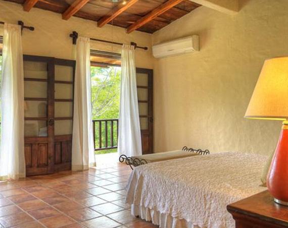Bár a hálószoba berendezése puritánnak tűnik, azért az elmaradhatatlan légkondicionáló berendezés gondoskodik arról, hogy a bent lakók ne érezzék a trópusi hőséget.