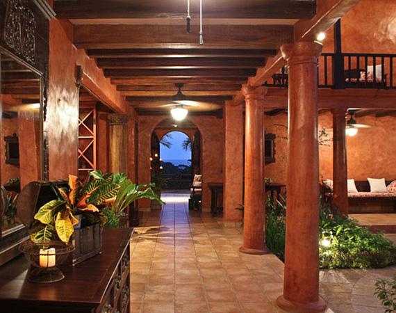 A két kisebb villát Casa Barrigonának és Casa Doradának hívják, ezekben két-két hálószoba és három fürdőszoba található - a három épület csak egyszerre vásárolható meg.
