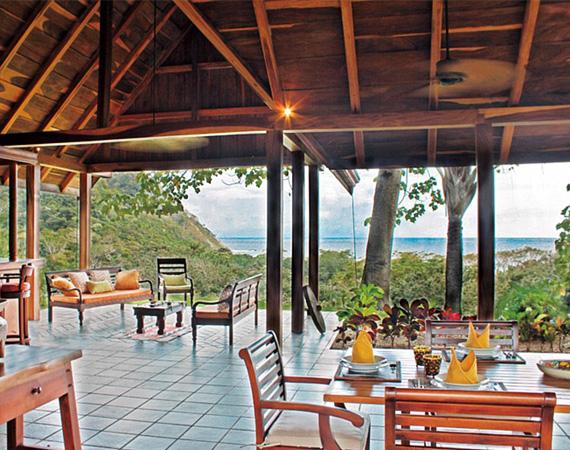 Az épületek körül hatalmas verandákra lehet kiülni, és gyönyörködni a Csendes-óceánban.