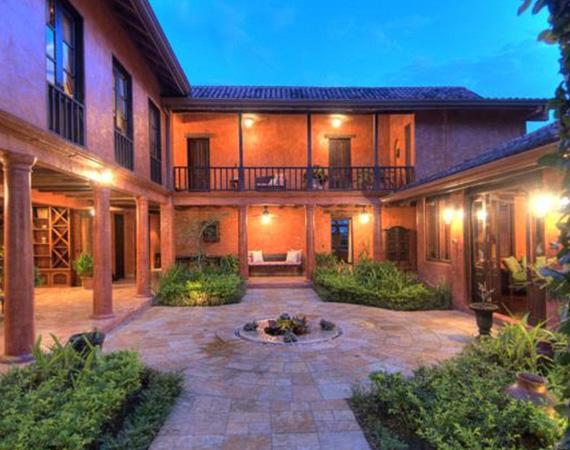 A három épület egy ötszáz hektáros területen fekszik a dzsungelben, a legnagyobb házban, a Casa Guanacastéban hét hálószoba és nyolc fürdőszoba kapott helyet.