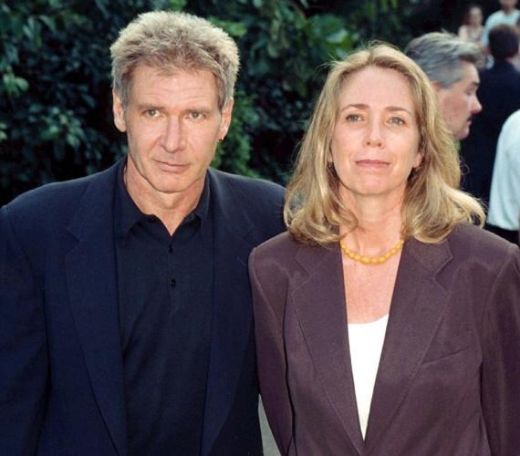 A forgatókönyvíró Melissa Mathison 1977-ben ment feleségül Harrison Fordhoz. Amikor a házasság 2004-ben csődbe ment, 85 millió dollárt kapott, valamint részesedést az Indiana Jones-trilógia után.
