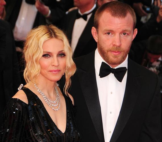 Ebben az esetben a feleségnek kellett a zsebébe nyúlnia: Madonna nyolc együtt töltött év után 76 millió dollárt fizetett volt férjének, Guy Ritchie rendezőnek.