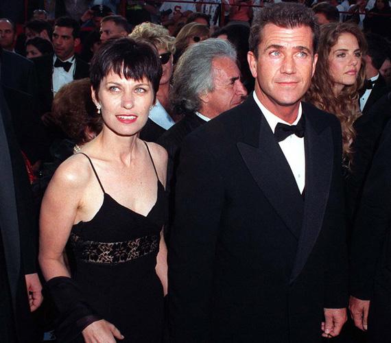 Mel Gibson csaknem 30 év házasság után vált el feleségétől, Robyn Moore-tól, mégpedig az énekesnő Oksana Grigorieva kedvéért, aki gyereket is szült neki. 650 millió dollárja bánta a döntését. Oksana 15 milliót követelt a váláskor, végül 750 000 dollárral kellett beérnie.