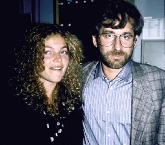 Steven Spielberg az Indiana Jones és a végzet temploma forgatásán szeretett bele Kate Capshaw színésznőbe. Szintén színésznő feleség, Amy Irving 100 millió dollárét cserébe hagyta menni férjét.