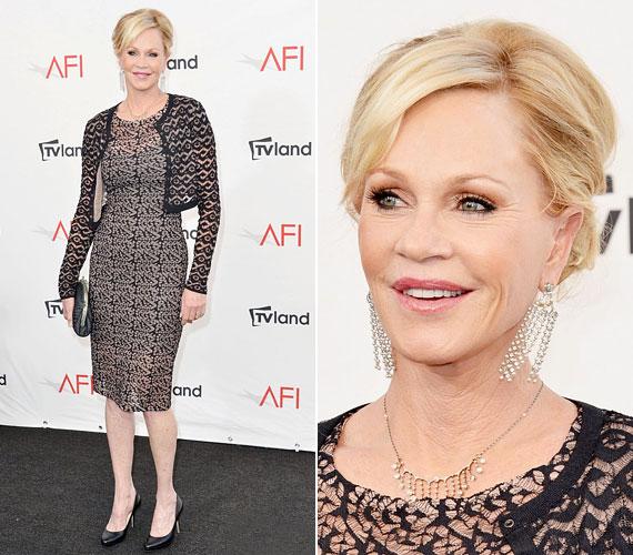 Hiába a számtalan szépészeti beavatkozás, az 55 éves színésznő ebben a ruhában többnek mutat a koránál.