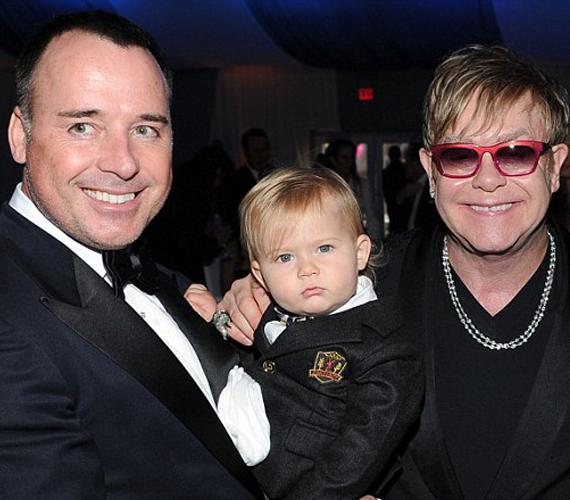 Elton John és párja nem titkolja, hogy szeretnének kétéves kisfiuknak testvért, ám cáfolták azokat a híreket, hogy máris megszületett volna a kisbaba.