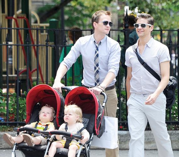 Neil Patrick Harris 2007 óta vállalja másságát, párjával, David Burtkával egy ikerpárt nevelnek, akik szintén béranyától származnak.