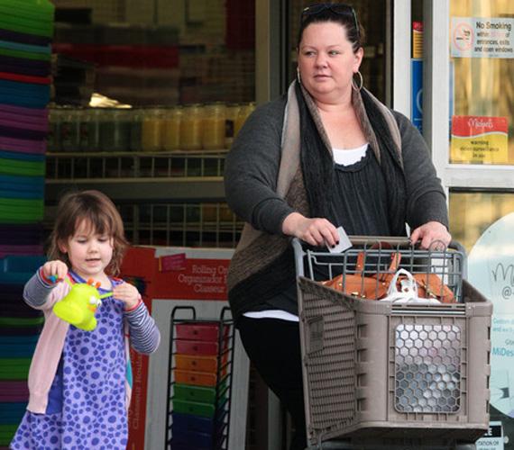 A hétköznapi életben sem zavarja, ha smink nélkül fotózzák, amint kislányával bevásárol.