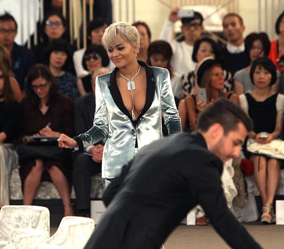 Mindenkinek a 24 éves Rita Ora melleit kellett néznie ebben a szettben, hiszen annyira feltűnő volt, hogy szinte nem is lehetett másra figyelni. Az énekesnőnek éppen ez volt a célja.