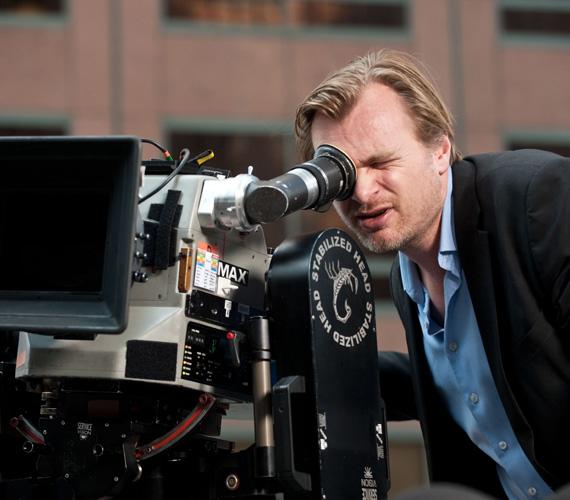 A filmrendezőknél nincs középút: vagy alaposan megfizetnek egy élvonalbeli rendezőt, vagy sokkal kevesebb kiadással, néhány millióval megússzák a forgatást. A nagy rendezők, mint Ridley Scott, körülbelül 7 milliót kapnak egy filmért, de Christopher Nolan például 20 millió dollárt markolt fel - plusz a bevételek 20%-át is kérte - a Csillagok között című sci-fiért, amit novemberben mutattak be nálunk. A feltörekvő rendezők viszont csak 250-500 ezer dollárt kapnak azért, hogy vászonra viszik életük első mozifilmjét.