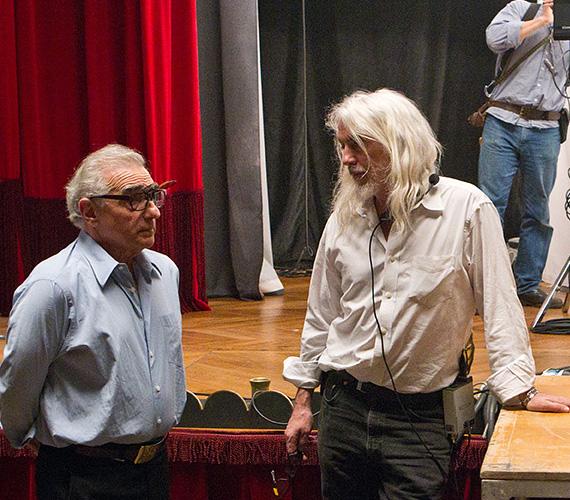 A legnagyobb operatőrök - melyekből egy tucatot tart számon a szakma - 25-35 ezer dollárt kapnak hetente egy 12 héten át forgatott filmért. Közéjük tartozik Roger Deakins, akit 11-szer jelöltek Oscarra, vagy Robert Richardson, akivel Scorsese dolgozik sokat. Egy legalább 80 milliós költségvetésű filmnél az operatőr 10-20 ezer dollárra számíthat hetente, független filmnél ez az összeg 2-5 ezer dollárra csökken. Sorozatoknál vagy tévéfilmeknél 5-8 ezer dollár körül van a heti kereset.