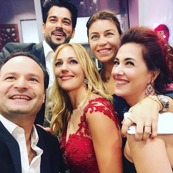 A színésznő a Szulejmán másik sztárjával, a Bali béget alakító Burak Özçivittel jelent meg az eseményen, akivel ismét együtt forgatnak majd.