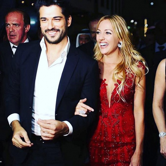 Ámultak a színésznő tűzpiros ruháján - nem is csoda, hogy kollégája olyan büszkén vonult mellette a rendezvényen.