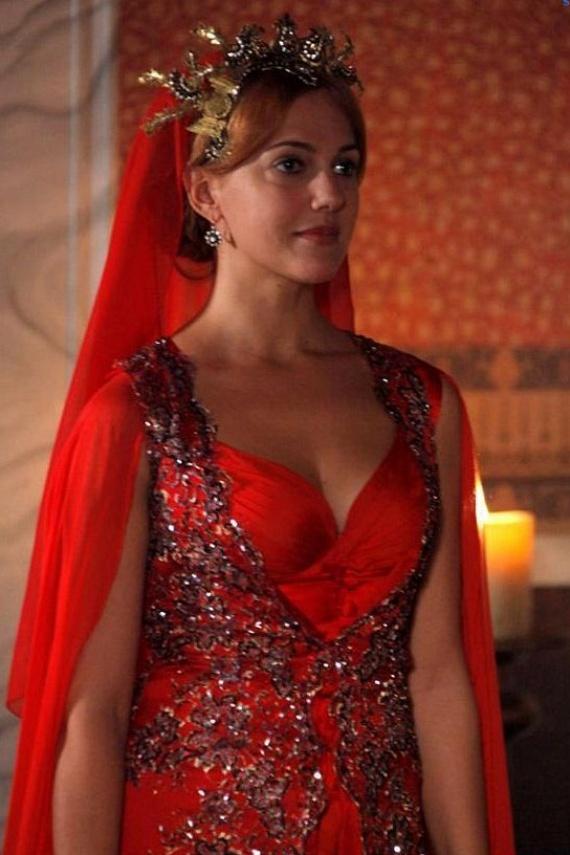 A rajongók nem győzték dicsérni a gyönyörű ruháját, ami sokak szerint a sorozatban viselt egyik jelmezének szakasztott mása.