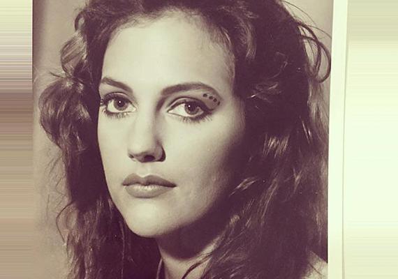 Íme, egy másik kép a fiatal színésznőről, Meryem nagyjából így nézhetett ki a tablófotóján is. Vagy a diákigazolványhoz készített képén.